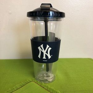 NWTplastic NYYankees cup with a cover & a straw